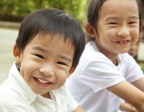 Glimlachende Aziatische jonge geitjes Stock Foto's
