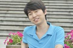 Glimlachende Aziatische jonge mens Stock Afbeelding