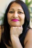 Glimlachende Aziatische vrouw op middelbare leeftijd Royalty-vrije Stock Afbeeldingen