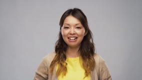 Glimlachende Aziatische vrouw of video die blogger spreken stock footage