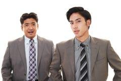 Glimlachende Aziatische zakenlieden stock foto's
