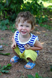 Glimlachende baby in de zomertuin Royalty-vrije Stock Afbeeldingen