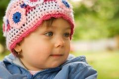 Glimlachende baby die hoed draagt stock afbeeldingen