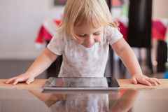 Glimlachende baby het letten op tablet Royalty-vrije Stock Fotografie