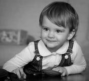 Glimlachende baby met een stuk speelgoed Stock Foto