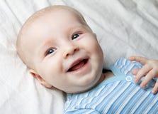 Glimlachende baby op het blad Stock Fotografie