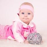 Glimlachende baby in roze Stock Afbeeldingen