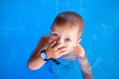 Glimlachende babyjongen met in zwembad stock foto's