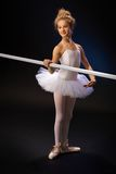Glimlachende balletstudent door balletbar Stock Foto's