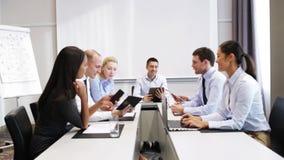 Glimlachende bedrijfsmensen die in bureau samenkomen stock videobeelden
