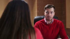 Glimlachende bedrijfsmensen die op commerciële vergadering op het kantoor spreken stock videobeelden