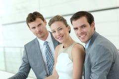 Glimlachende bedrijfsmensen in gang royalty-vrije stock fotografie
