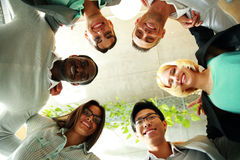 Glimlachende bedrijfsmensen met hun hoofden samen Royalty-vrije Stock Fotografie