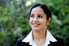 Glimlachende bedrijfsvrouw bij in openlucht Stock Fotografie