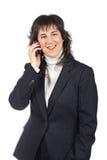 Glimlachende bedrijfsvrouw die met telefoon spreekt royalty-vrije stock foto