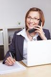 Glimlachende bedrijfsvrouw die op telefoon spreekt Royalty-vrije Stock Foto