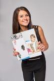 Glimlachende bedrijfsvrouw die reclamefolder tonen royalty-vrije stock afbeeldingen