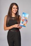 Glimlachende bedrijfsvrouw die reclamefolder tonen stock afbeelding