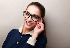 Glimlachende bedrijfsvrouw in glazen het kijken royalty-vrije stock afbeeldingen