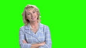 Glimlachende bedrijfsvrouw op het groene scherm stock videobeelden