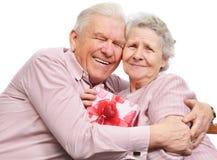 Glimlachende bejaarde paar en doos met gift Royalty-vrije Stock Afbeeldingen