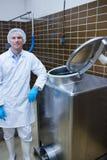Glimlachende bioloog die tegen opslagtank leunen Stock Fotografie