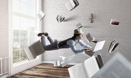 Glimlachende blije levitatie ondergaande jonge mens Gemengde media stock fotografie