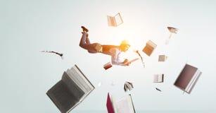 Glimlachende blije levitatie ondergaande jonge mens Gemengde media stock afbeeldingen