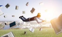 Glimlachende blije levitatie ondergaande jonge mens Gemengde media royalty-vrije stock foto's