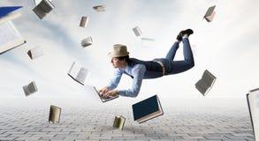 Glimlachende blije levitatie ondergaande jonge mens Gemengde media stock afbeelding