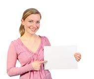Glimlachende blonde die op lege kaart richt Stock Afbeelding
