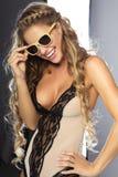 Glimlachende blonde jonge vrouw Royalty-vrije Stock Foto
