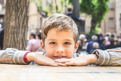 Glimlachende blonde jongen royalty-vrije stock fotografie