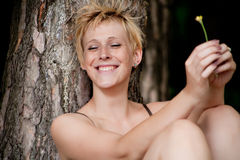 Glimlachende blonde vrouw Stock Fotografie