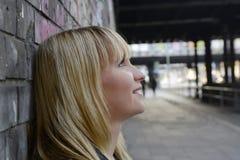 Glimlachende Blonde Vrouw Stock Foto
