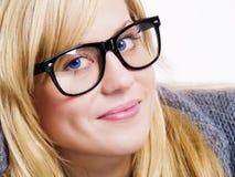 Glimlachende blonde vrouw in grote glazen stock foto's