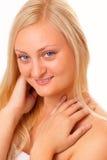 Glimlachende blonde vrouw met lang haar Royalty-vrije Stock Fotografie
