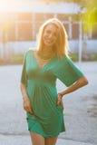 Glimlachende blonde vrouw in zonlicht stock afbeeldingen