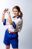 Glimlachende blonde vrouwelijke zeeman met camera Royalty-vrije Stock Afbeeldingen