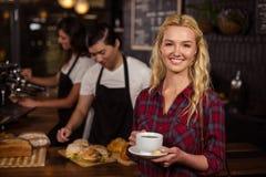 Glimlachende blondeklant voor de teller Royalty-vrije Stock Foto