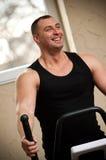 Glimlachende bodybuilder Stock Foto