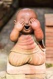 Glimlachende boeddhistische die beginner van klei, Thaise stijl wordt gemaakt royalty-vrije stock fotografie
