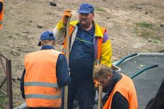Glimlachende bouwarbeider bij oranje Vest royalty-vrije stock foto