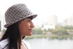 Glimlachende Braziliaanse vrouw die met hoed zijdelings kijken royalty-vrije stock foto's