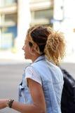 Glimlachende Braziliaanse vrouw die neer lopen stock fotografie