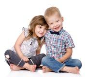 Glimlachende broer en weinig zuster het koesteren Geïsoleerde royalty-vrije stock afbeelding