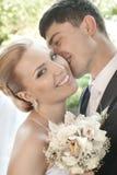 Glimlachende bruid en bruidegom Stock Foto's