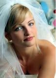 Glimlachende bruid in witte kleding Royalty-vrije Stock Foto