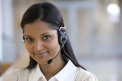 Glimlachende call centrevrouw Royalty-vrije Stock Foto's