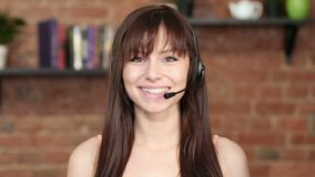 Glimlachende Call centrevrouw, Klanten de Dienst Binnen stock footage